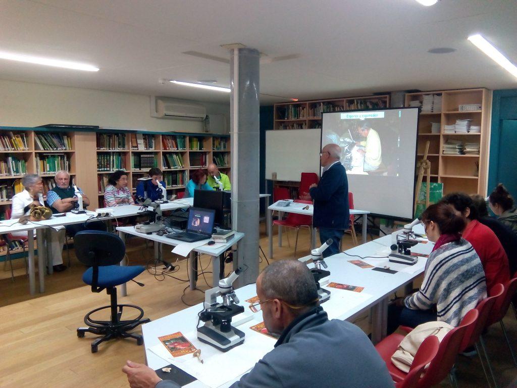 Sandoval introduciendo a los asistentes en el mundo de la microscopia.